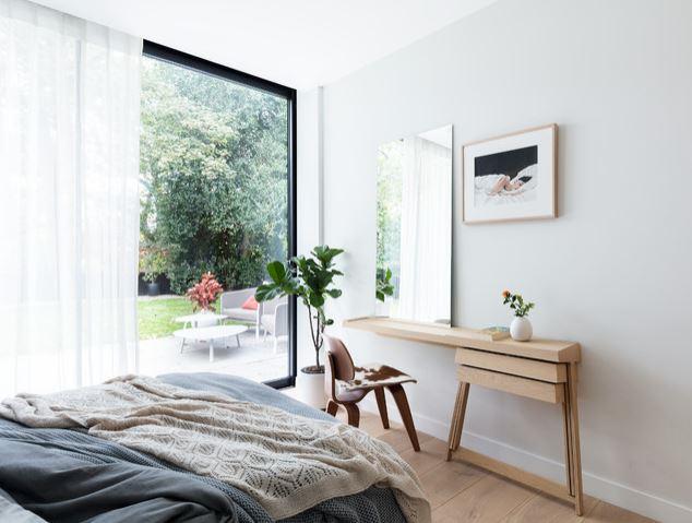 Penteadeira de madeira para espaço pequeno.
