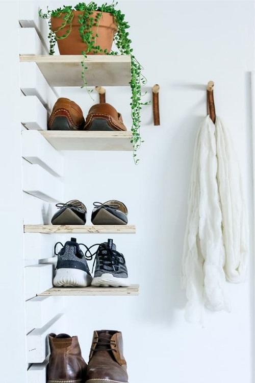 Prateleiras de madeira para abrigar sapatos.