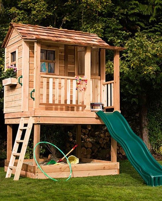 Casinha de madeira para crianças com escorregador.