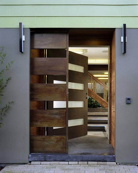 Porta de correr de madeira para sala de entrada.
