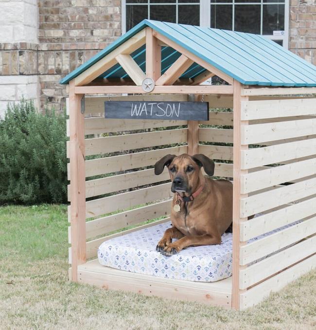 Gazebo de madeira para cachorro em quintal.