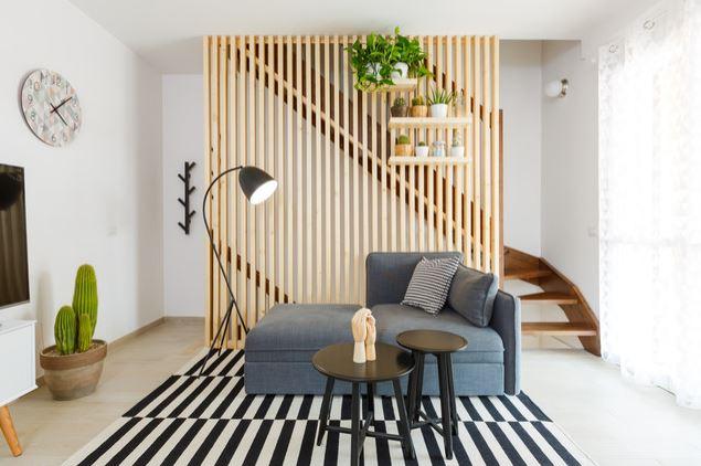 Faça a peça de madeira ripada a central da sua decoração.