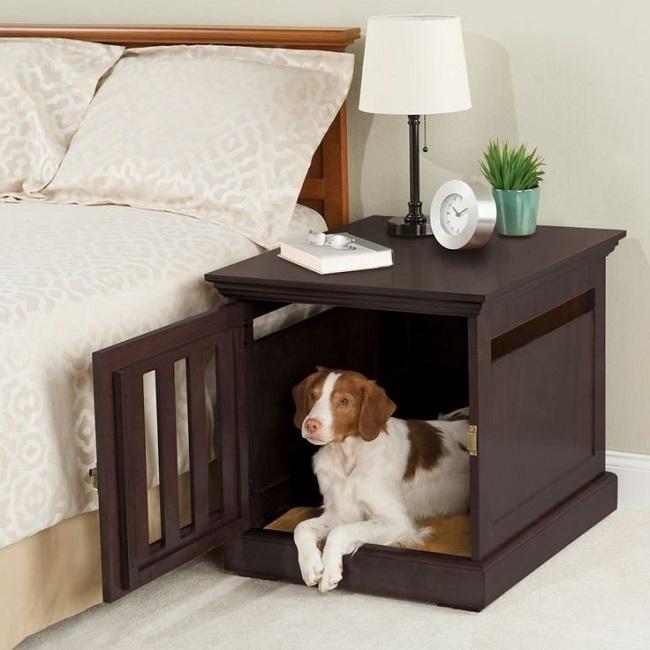 Mesa de cabeceira que funciona ao mesmo tempo como casinha de cachorro.