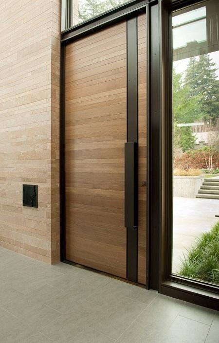 Porta de entrada de madeira em modelo clássico mas moderno.