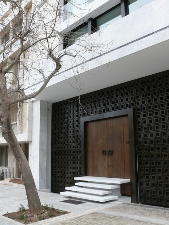 Porta de madeira escura na entrada de casa.