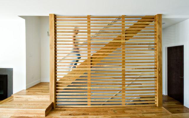 Painel de madeira com ripas na horizontal