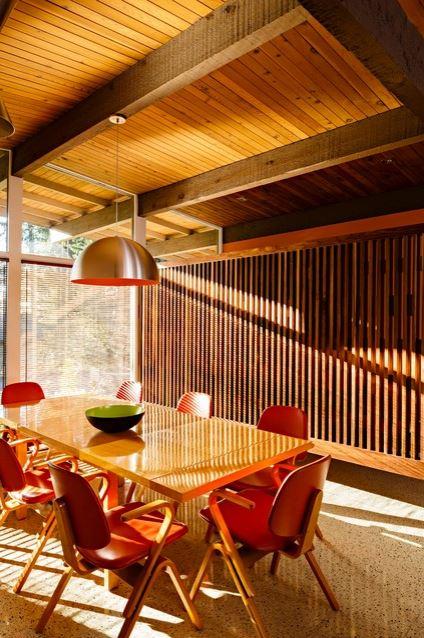 Painel de madeira em ripas na sala de jantar