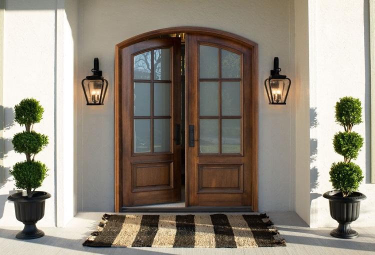 Porta de entrada de madeira com vidro.