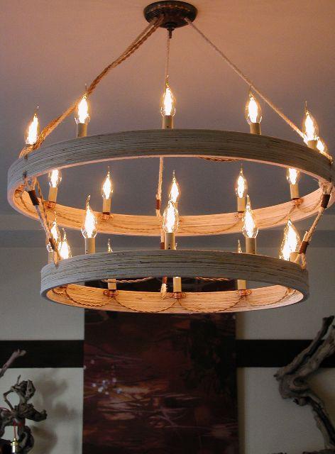 Lustre rústico redondo com dois anéis de madeira e várias lâmpadas em volta.