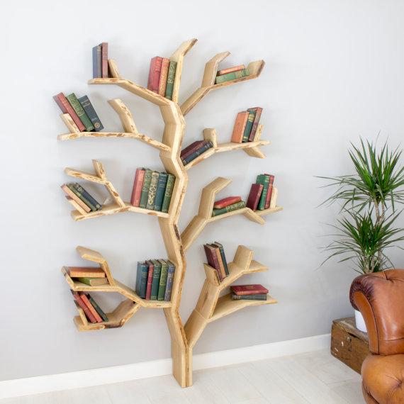 Estante de madeira para livros em formato de árvore.