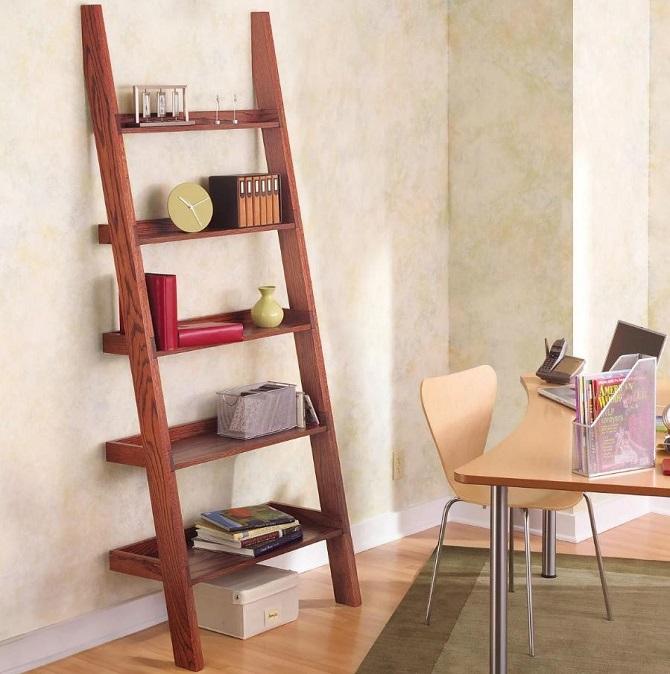 Estante de madeira em modelo de escada.