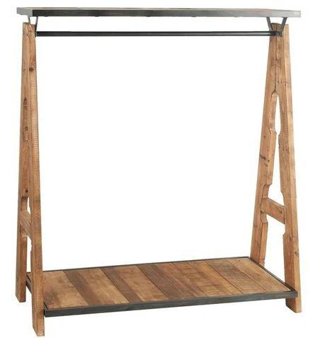 Cabideiro rústico de madeiraclara.