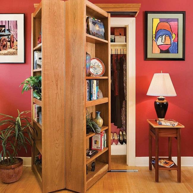 Estante estilo porta camarão, exibindo uma sala secreta quando a porta é aberta.