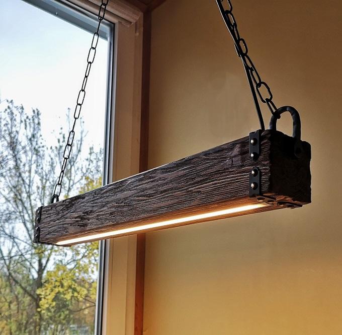 Lustre de madeira em formato retangular com luz de LED.