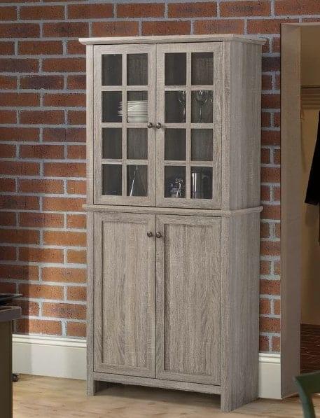 Cristaleira de madeira com portas.