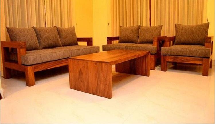 Conjuntos com 3 sofás de madeira castanha em design tradicional.