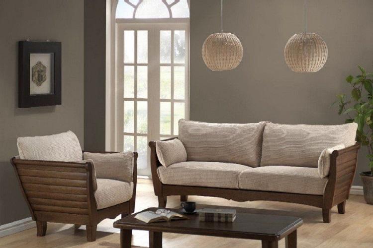 Sofá de madeira com perna cabriole.