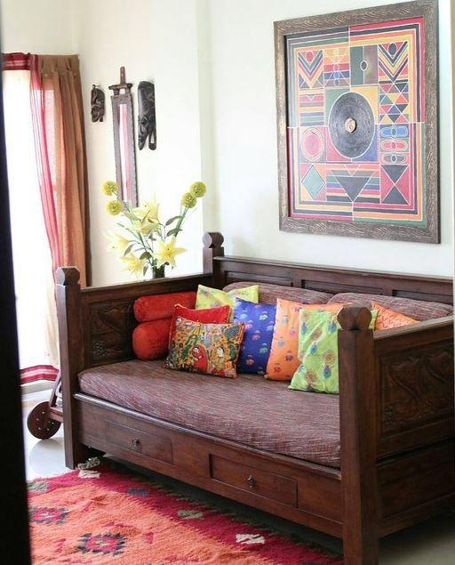 Sofá de madeira com gavetas.