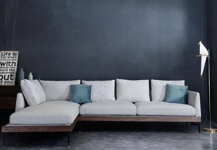 Sofá feito de madeira maciça em contraste com outros elementos da sala de estar.