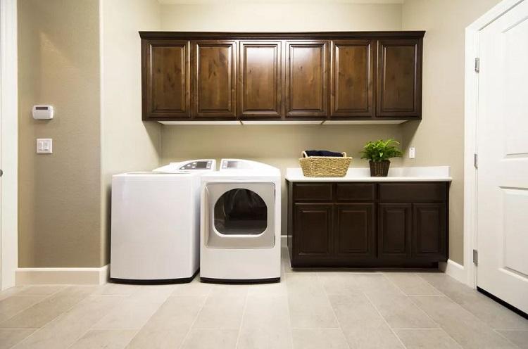 Armário aéreo para lavanderia na tonalidade marrom.