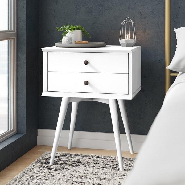 Mesa de cabeceira retrô branca com pés palito.