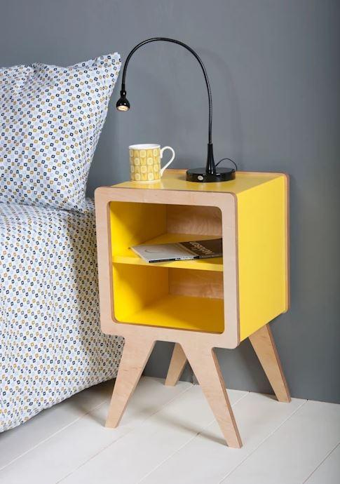 Mesa de cabeceira retrô amarela pequena.