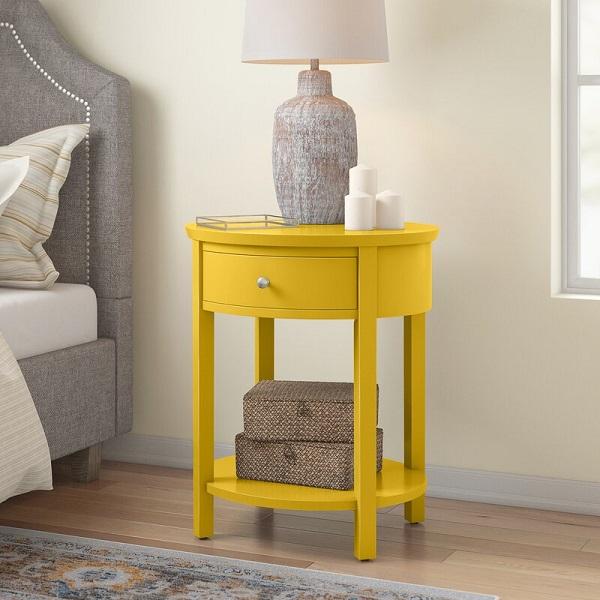 Mesa de cabeceira retrô redonda na cor amarela.
