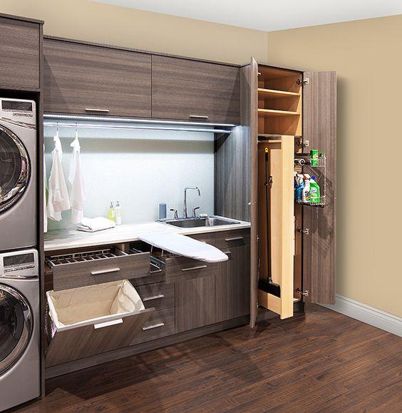Armário de madeira grande em lavanderia.
