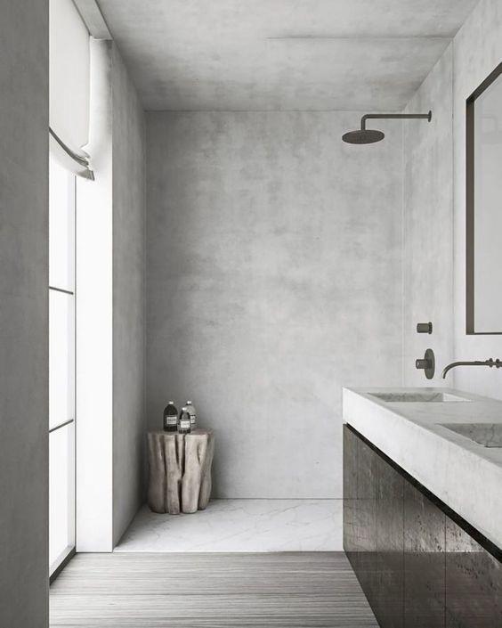 Banheiro com parede cinza e piso d emadeira acinzentado também.