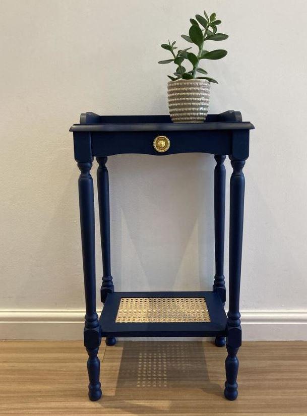 Mesa de cabeceira azul em estilo retrô