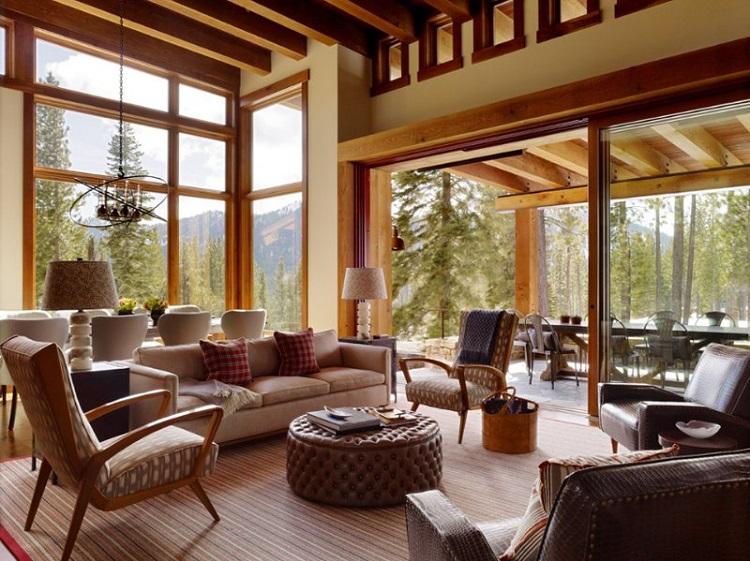Casa com bela vista e porta de correr de vidro na sala e detalhes em madeira.