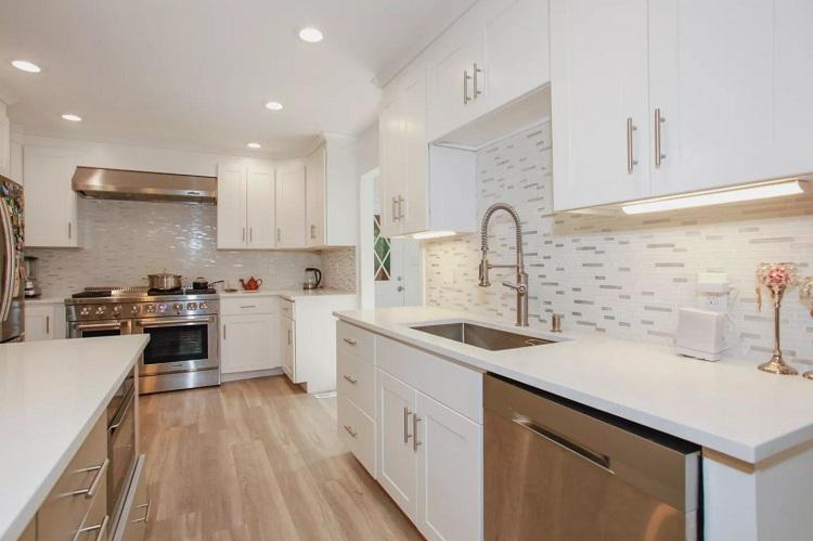 Cozinha em estilo minimalista com muitos armários para menos bagunça nas superfícies.