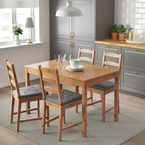 Mesa retangular pequena de madeira com 4 cadeiras.