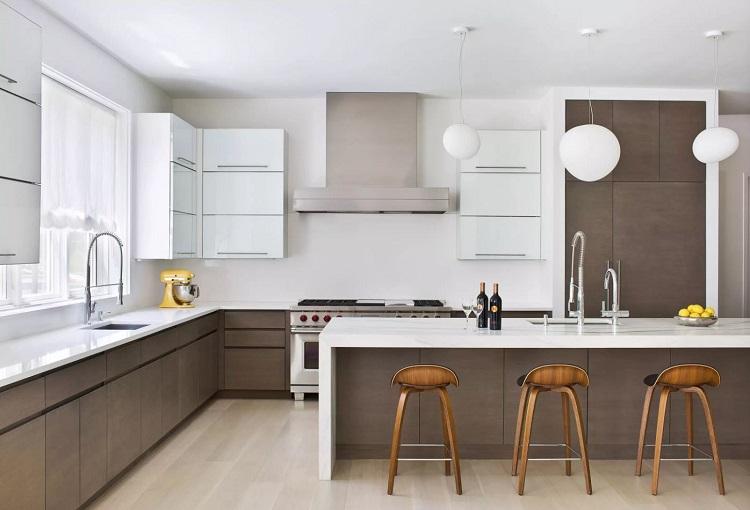 Cozinha minimalista com bancadas de mármore e armários de madeira carvalho.