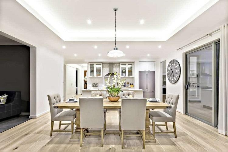 Sala de jantar decorada com mesa de madeira e relógio na parede.