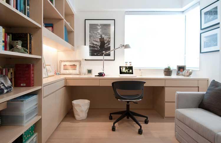 Home office com móveis sob medida em quarto pequeno.