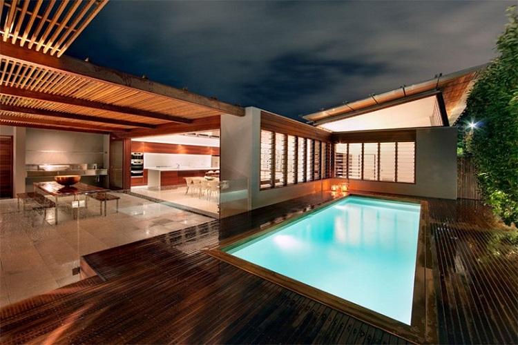 Deck de madeira com piscina em casa sofisticada