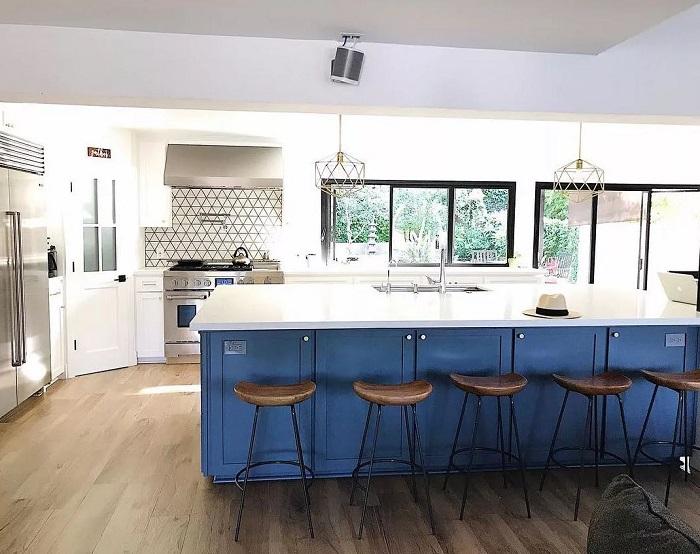 Cozinha com estética clean sem armários superiores.