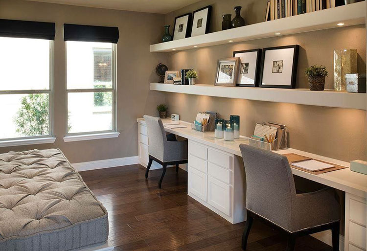 Quarto de casal com mesa longa instalada numa parede com espaço para dois home offices.