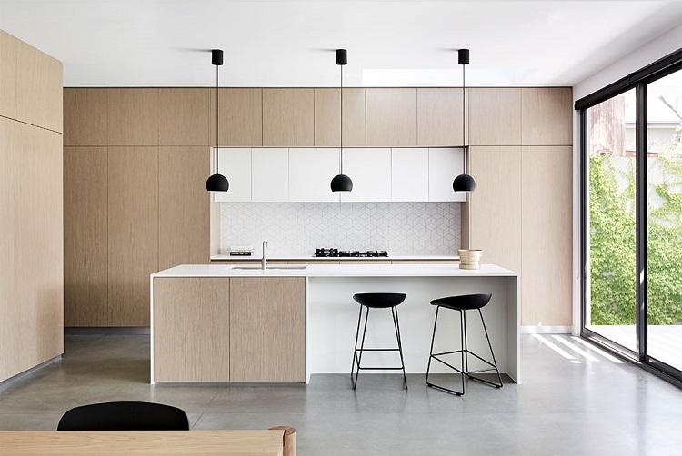 Cozinha minimalista com luminárias de teto e bancos em preto.