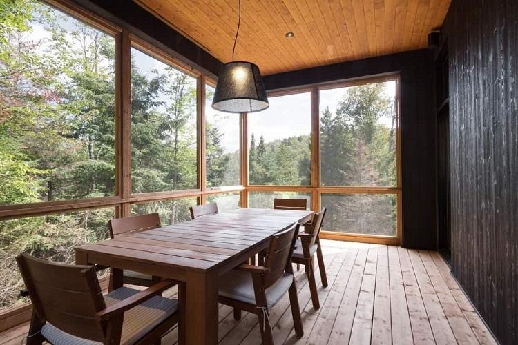 Mesa retangular grande combinando com o piso de madeira.