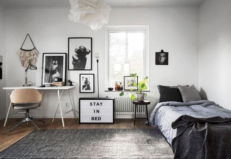 Home office no quarto com cama pequena.