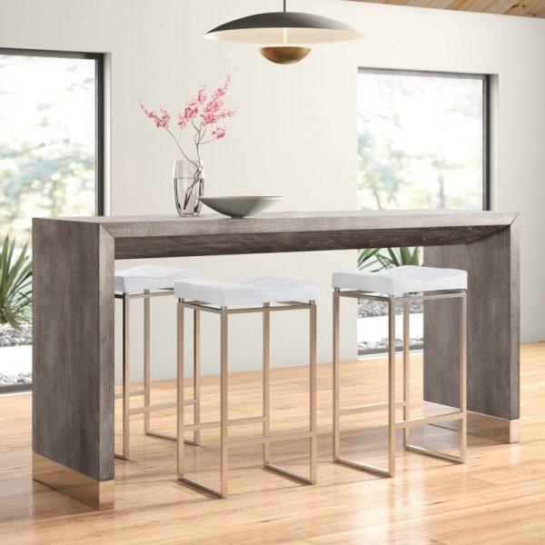 Mesa de madeira em formato de balcão alto com base metálica elegante.