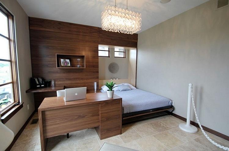 Móveis de madeira sob medida em quarto com espaço para home office.