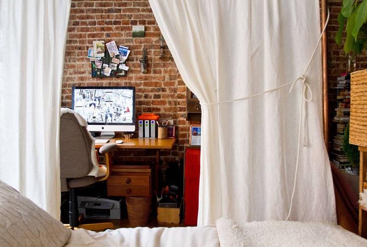 Quarto com área para home office separada pro cortina.
