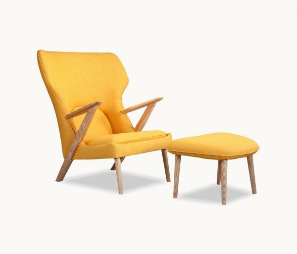 Poltrona com braço de madeira na cor amarela.