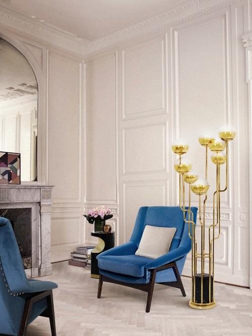 Poltrona azul de madeira em sala de estar.