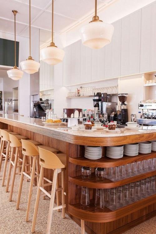 Os banquinhos de madeira mais altos são bons para mesas mais elevadas.