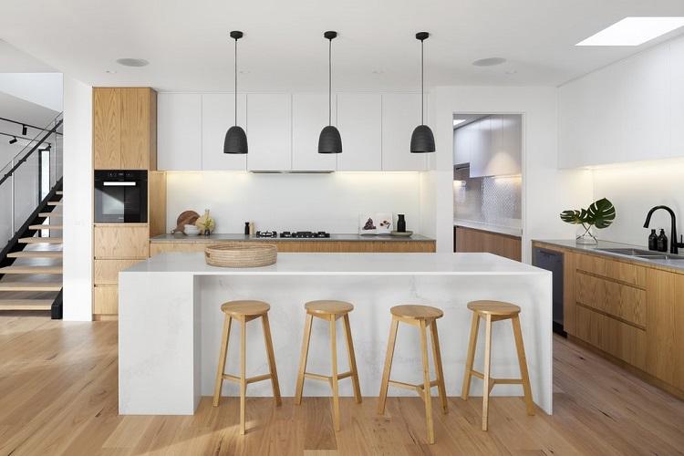 Bancos de madeira em balcão da cozinha.