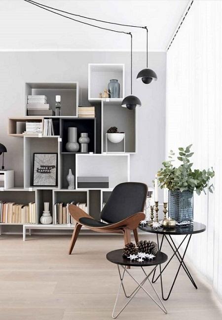 Poltrona de madeira em formato de concha em espaço pra leitura.